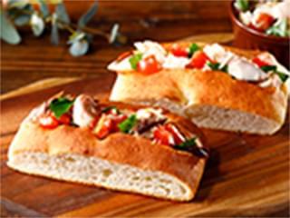 バジルが香る、焼きさばとトマトのフォカッチャ